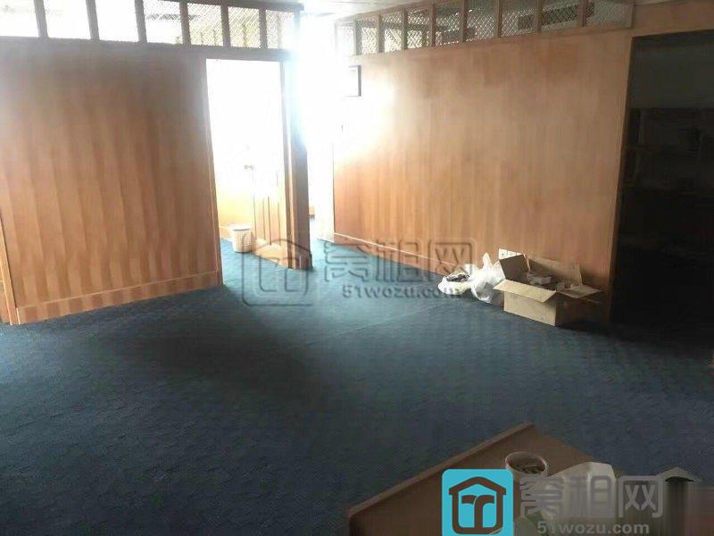 百丈路168号会展中心大厦121平两个办公隔间西南采光带部分家具
