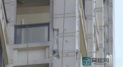宁波青林湾小区外墙脱落 连木栅栏都砸穿了 你还敢住吗?