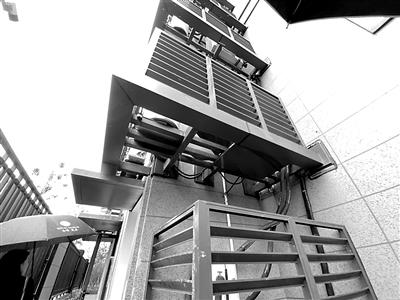 """新房外墙像牛皮癣、设备平台成""""钢笼东部新城万象府业主很闹心"""