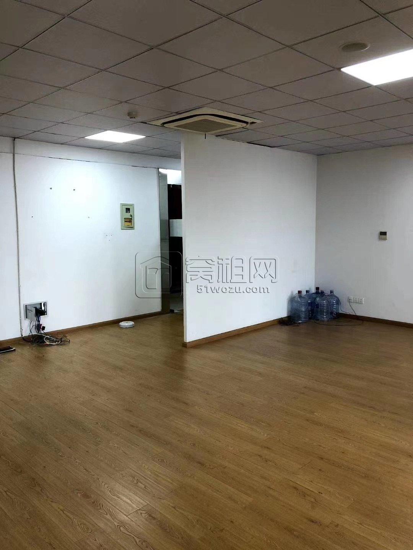 中基大厦7楼电梯口出租面积130平精装修办公室